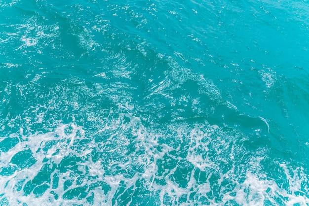 보트 뒤에 바다 물 표면에 흔적