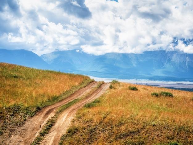 Mouを通るトレイルマウンテントレイルをハイキングする明るい雰囲気のミニマリストアルプスの風景