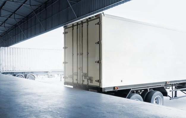 부두 창고에 주차된 트레일러 트럭 화물 운송 산업 화물 트럭 운송 운송 창고 물류