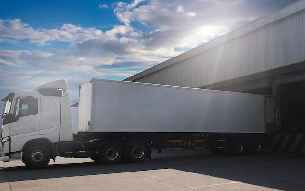 도크 창고 화물 운송 산업 화물 트럭 운송에 적재된 트레일러 트럭
