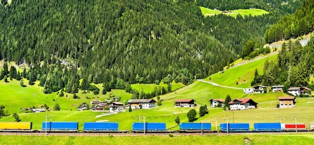 オーストリアのブレンナー峠で鉄道でアルプスを横断するトレーラー