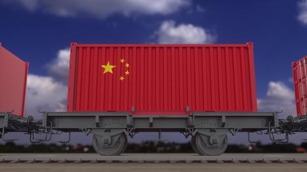 中国の旗を掲げた列車とコンテナ。鉄道輸送。 3dレンダリング。