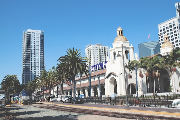 기차는 미국 샌디에고의 union station에 도착합니다. 산타페 디포 (santa fe depot)와 같은 스페인 식민지 시대의 리바이벌 스타일 스테이션