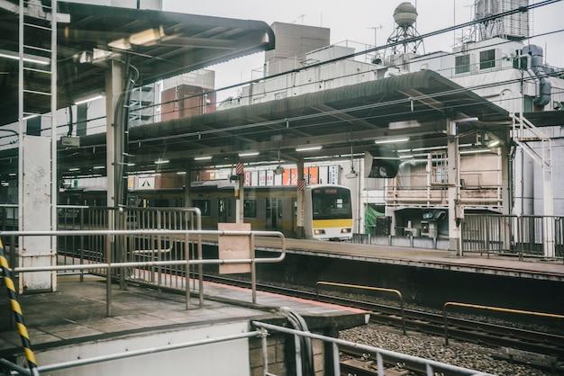 市内の駅に到着する電車