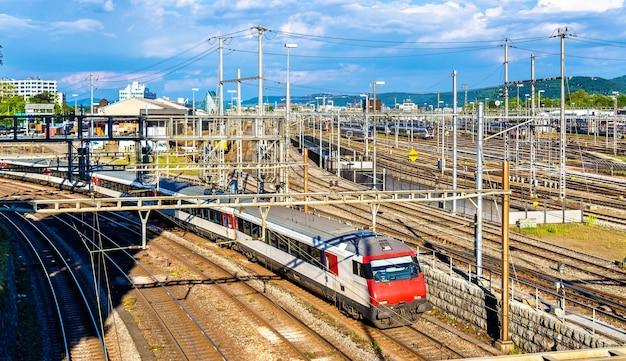 スイスのバーゼルsbb駅で電車に乗る