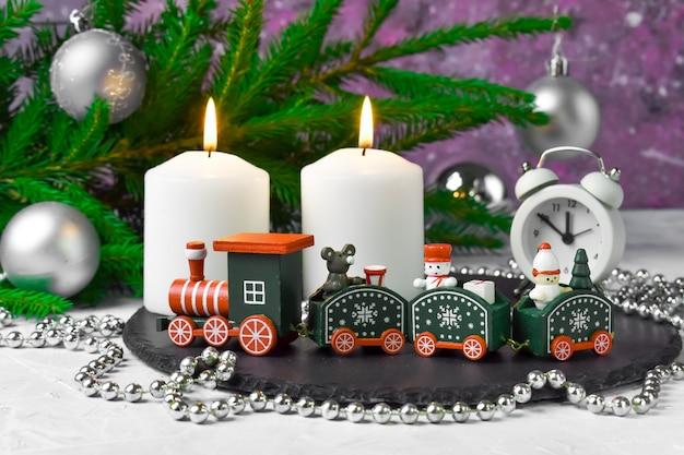 電車、キャンドル、モミの枝