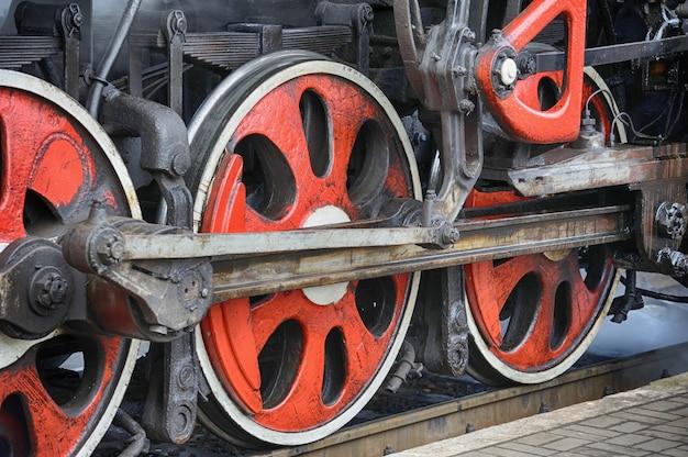 Механизм привода поезда и красные колеса старого советского паровоза