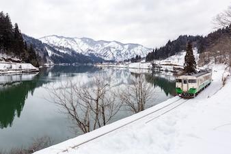 Поезд в зимний пейзаж снег