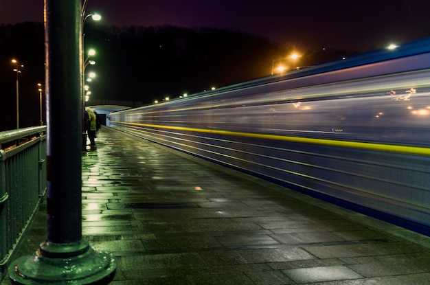 Поезд покидает станцию ночью поезд покидает движение на станции днепр в киеве