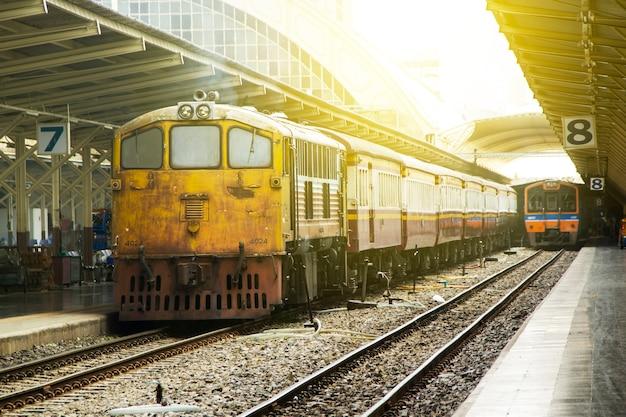 Поезд во главе с старым дизельным электровозом.