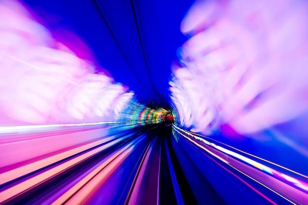 Поезд, движущийся в туннеле -абстрактный вид