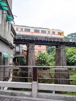 대만 신베이시 핑시 옛 거리를 여행하는 핑시 철도선 열차