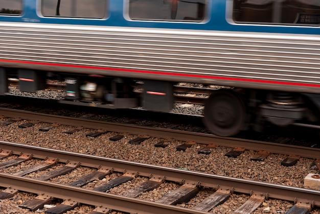 Поезд на железной дороге крупным планом