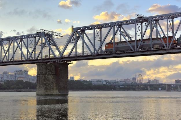 Ob20に架かる橋で電車に乗る