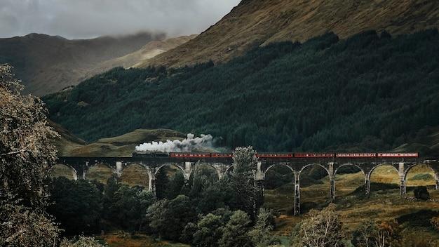 Поезд на виадуке гленфиннан, шотландия