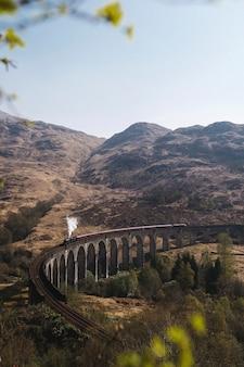 스코틀랜드 글렌피넌 고가교에서 기차