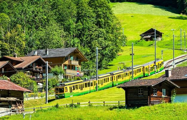 세계에서 가장 긴 연속 랙 및 피니언 철도 인 wengernalp 철도에서 훈련하십시오. 라우터 브루 넨, 스위스