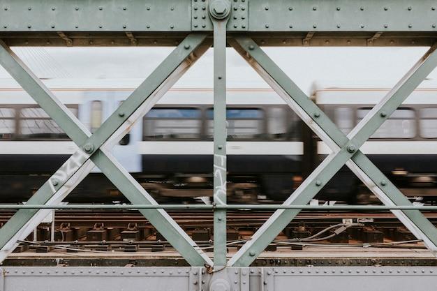 담장 너머로 보이는 속도로 지나가는 기차