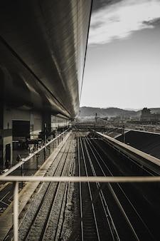 昼間の列車のレール