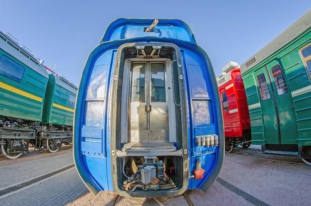 Дверь железной дороги поезда между вагонами, вид в разрезе.
