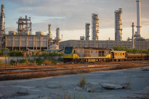 탱크 정유 공장 산업의 개념 장면으로 보내지는 기차 철도가 기다리고 있습니다.