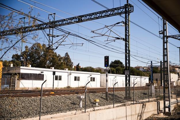 Железнодорожные рельсы в загородном пейзаже