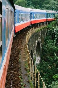 ベトナムのジャングルを通る橋を渡る電車でハノイからホーチミンへの旅