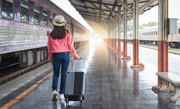 여행자와 기차역. 여행 컨셉입니다.