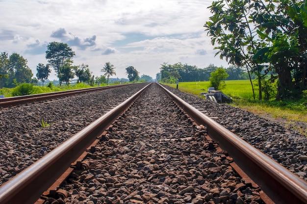 インドネシア、ジョグジャカルタの曇り空の自然の砂利で線路を訓練する