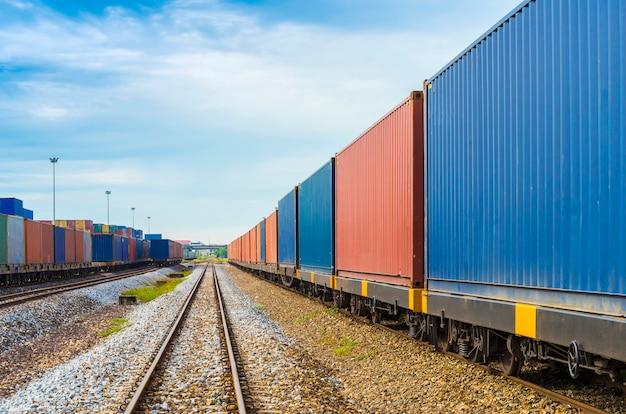 Поезд с контейнером на верфи для логистик импорт экспорт