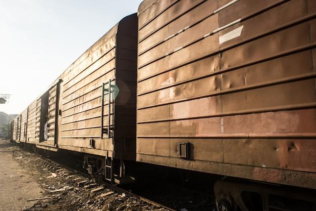 金属容器と列車
