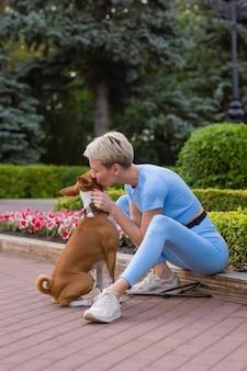 Дрессированная умная собака, берущая пищу у человека.