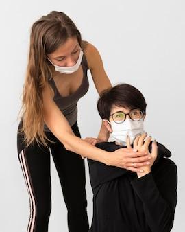 Тренер помогает женщине вылечиться от коронавируса
