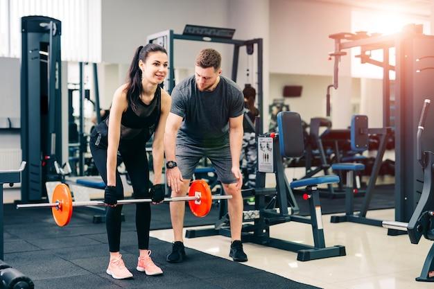 Тренер выполняет упражнения