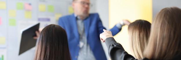 トレーニングビジネスコーチは彼のビジネスプロジェクトの開発に関するセミナーを実施します