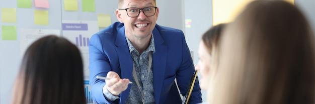 교육 비즈니스 코치는 성공적인 경력 구축에 대한 세미나를 실시합니다.