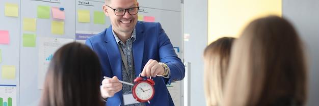 교육 비즈니스 코치는 직원을 위한 시간 관리 세미나를 실시합니다. 효과적인 시간 관리 기술 개념