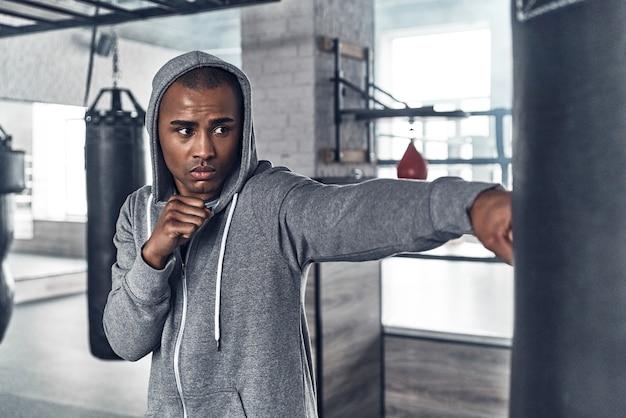 大切な日のトレーニング。スポーツ服ボクシングのハンサムな若いアフリカ人