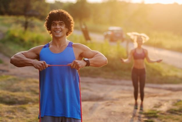 화창한 여름날에 자연 훈련. 함께 행복 집중된 스포티 한 부부 훈련입니다.