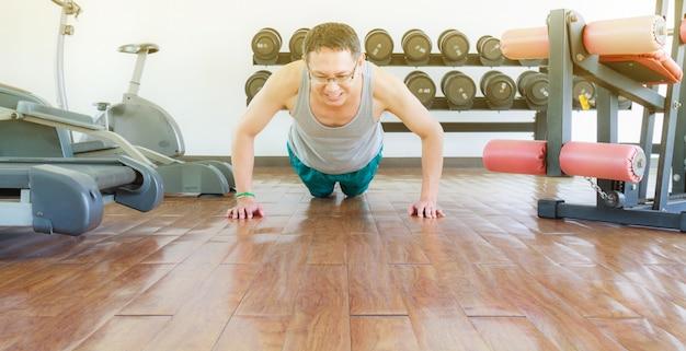 체육관에서 훈련
