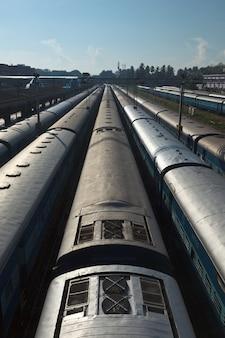 Поезда на вокзале. тривандрум, керала, индия