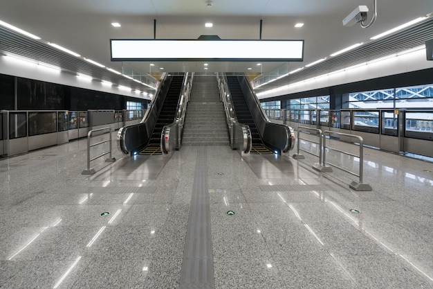 Поезда ходят с высокой скоростью на станциях метро
