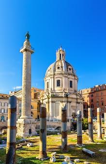 トラヤヌスの柱とローマのマリアアルフォロトライアーノ教会のサンティッシモノメ