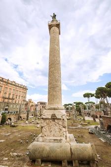 イタリア、ローマのトラヤヌスの柱、コロンナトライアナ。ダキア戦争でのローマ皇帝トラヤヌスの勝利を記念して