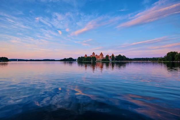 ガルヴェ湖リトアニアのトラカイ島城 Premium写真