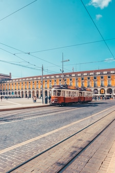 リスボンの通りの路面電車
