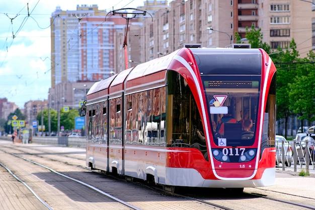 Трамвай движется по улицам санкт-петербурга