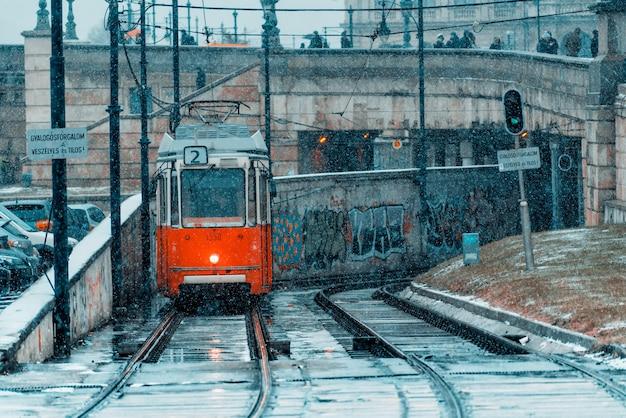 寒い冬の日の都市鉄道の路面電車。ブダペスト、ハンガリー