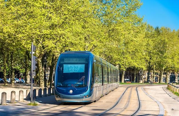 ボルドーのカンコンス広場の路面電車-フランス、アキテーヌ
