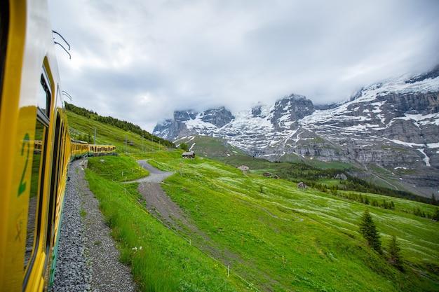 시골 쪽 승객을 위한 스위스 트램